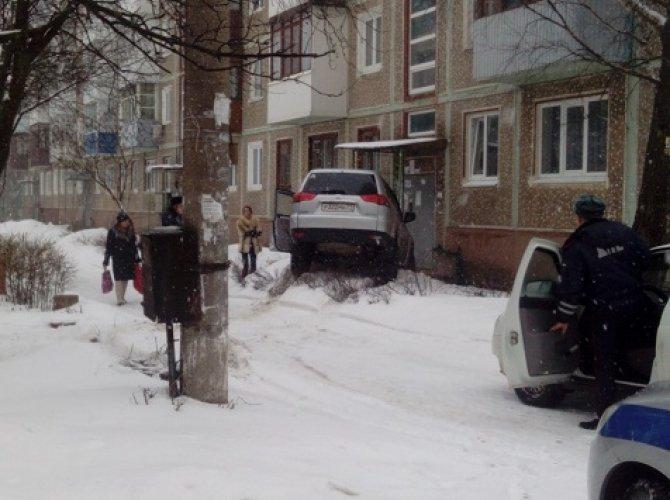 Автоледи врезалась в дом в Тульской области (2).JPG