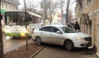 В Ростове автомобиль врезался в стену дома