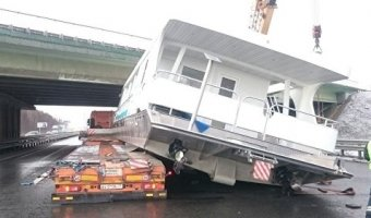 В Подмосковье трейлер с катером столкнулся с мостом
