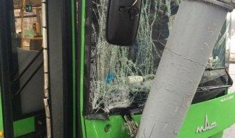 В Минске водитель автобуса уснул за рулём и врезался в столб