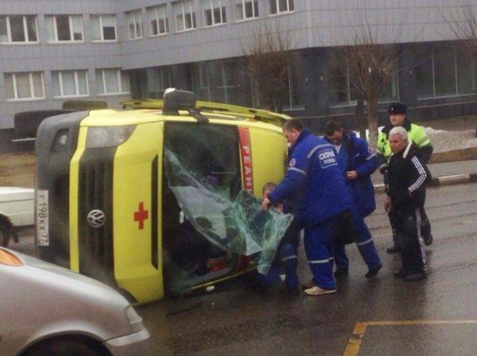 В Москве после ДТП перевернулась машина «скорой помощи».jpg