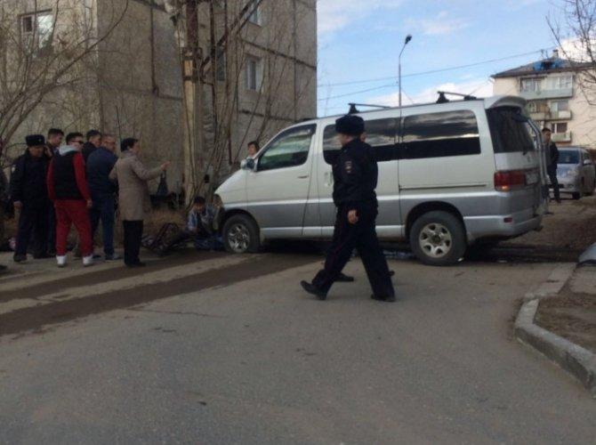 В Якутске автобус врезался в остановку погиб ребенок (5).jpg