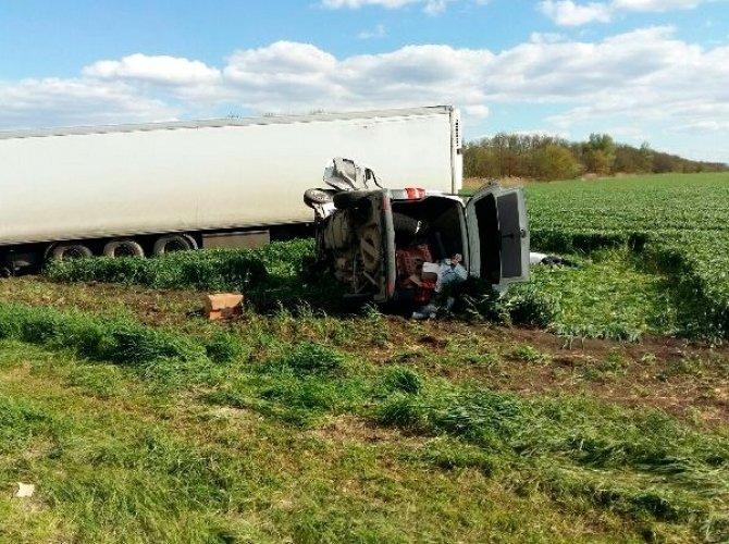 В Динском районе в ДТП с грузовиком погибли два человека из легкового Volkswagen.jpg