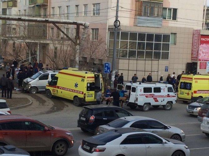 В Якутске автобус врезался в остановку погиб ребенок (2).jpeg