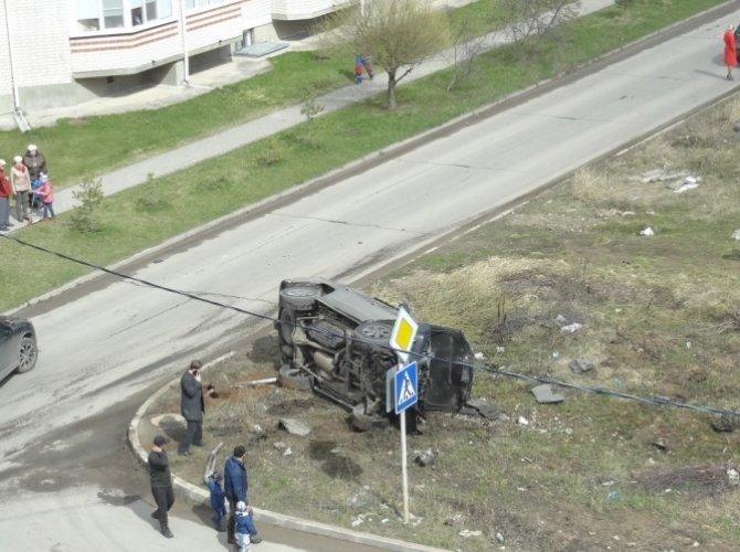 На Озерной в Великом Новгороде перевернулся Lexus.jpg