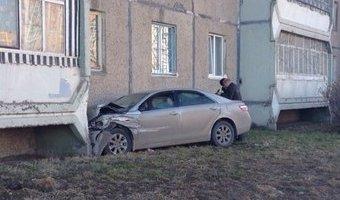 В Череповце Toyota после ДТП врезалась в дом: пострадали два человека
