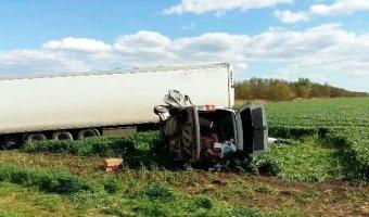 В Динском районе в ДТП с грузовиком погибли два человека из легкового Volkswagen