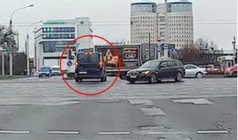 """В Минске водитель хотел проскочить на """"красный"""" и застрял посреди перекрестка"""