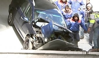 В Минске женщина-водитель с ребенком в авто потеряла сознание, сбила дорожного рабочего и упала с моста