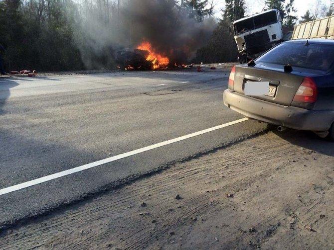 В ДТП с фурой под Лугой два человека сгорели заживо в машине.jpg