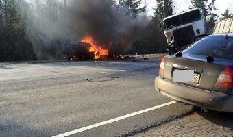 В ДТП с фурой под Лугой два человека сгорели заживо в машине