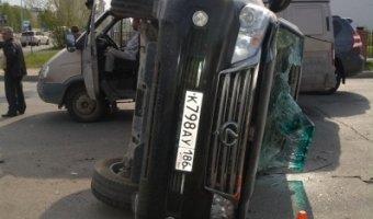 В Нижневартовске столкнулись автобус и два автомобиля