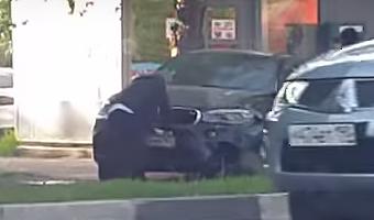 После аварии виновник ДТП в Подольске отрывал номера со своего BMW