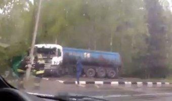 Под Калугой грузовик снес остановку: пострадала девочка