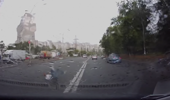 В Киеве водитель вылетел из авто прямо на дорогу, врезавшись в столб