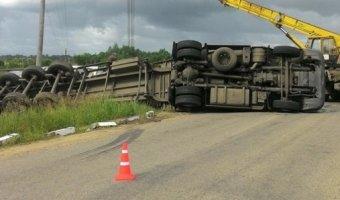 В Ленобласти грузовик выехал на ж/д пути и был сбит поездом
