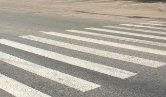 В Сосновом Бору автомобиль сбил девочку на переходе и уехал