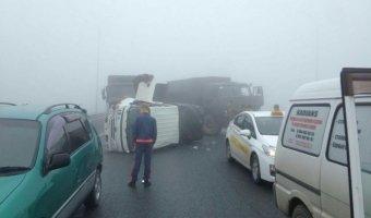 Во Владивостоке из-за тумана на трассе столкнулись более 40 машин