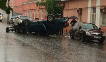 В Ельце после тройного ДТП перевернулся автомобиль