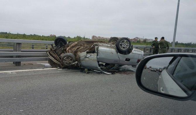 В аварии на КАД в Кронштадте перевернулся ВАЗ (9).jpg
