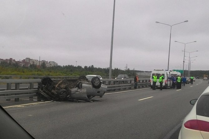 В аварии на КАД в Кронштадте перевернулся ВАЗ (1).jpg