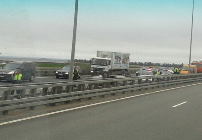 В аварии на КАД в Кронштадте перевернулся ВАЗ (2).jpg
