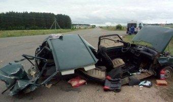 В Татарстане при столкновении с автобусом автомобиль «Ока» разорвало пополам