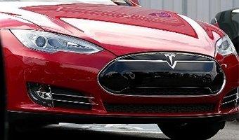 ВСША начали расследование гибели водителя Tesla: водитель иавтопилот незаметили грузовой фургон