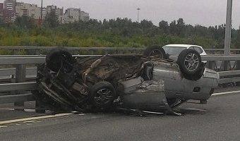 В аварии на КАД в Кронштадте перевернулся ВАЗ