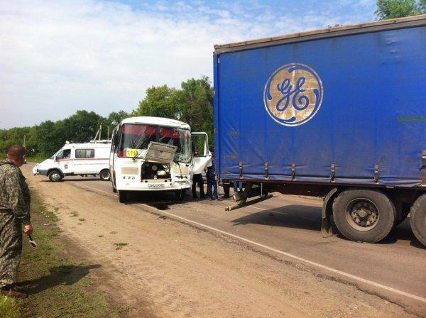 Под Воронежем в ДТП с автобусом и грузовиком пострадали 15 человек (2).jpg