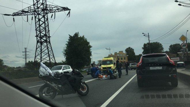 В Петербурге в массовом ДТП пострадали мотоциклист и его пассажирка (1).jpg