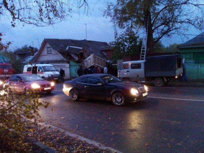 В Звенигороде водитель самосвала погиб, врезавшись в дом (2).jpg