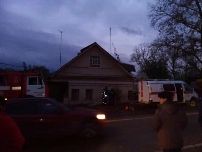 В Звенигороде водитель самосвала погиб, врезавшись в дом (3).jpg