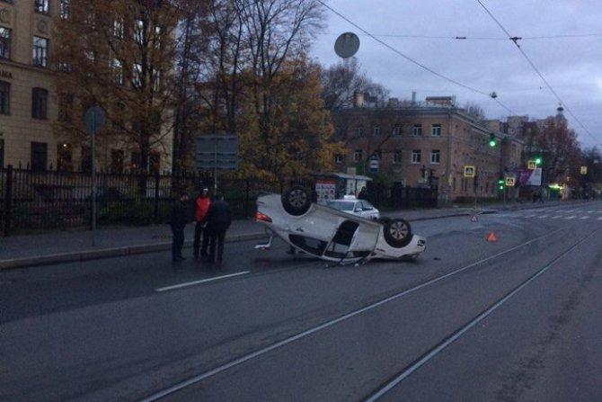 В Петербурге после ДТП KIA перевернулась на крышу (2).jpg