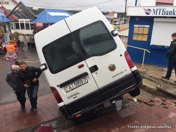 ДТП в Белоруссии - микроавтобус слетел с трассы