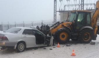 В Новокузнецке иномарка протаранила экскаватор: погибли двое