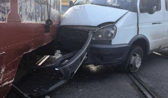 Во Владивостоке маршрутка врезалась в трамвай, пострадала 11-летняя девочка