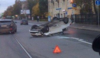В Петербурге после ДТП KIA перевернулась на крышу