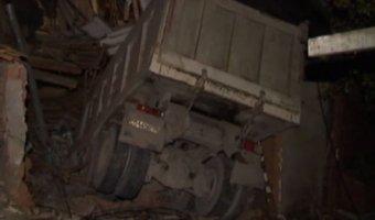 В Звенигороде водитель самосвала погиб, врезавшись в дом