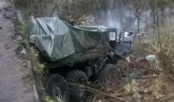 В Ленобласти военный грузовик с тремя срочниками упал с пешеходного моста