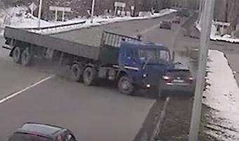 В Новокузнецке КамАЗ снес легковушку: погиб человек