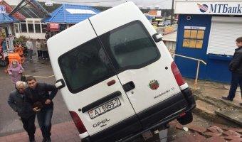 В Белорусии микроавтобус улетел с трассы прямо на территорию рынка