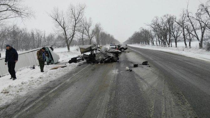 На Ставрополье в ДТП с микроавтобусом легковушку разорвало на части погиб человек (2)