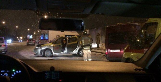 В ДТП на Витебском проспекте в Петербурге пострадали четыре человека, в том числе ребенок (2)