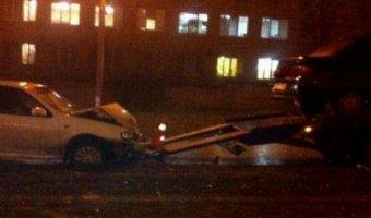 Водитель иномарки протаранил эвакуатор, сбил водителя и скрылся с места ДТП в Волгограде