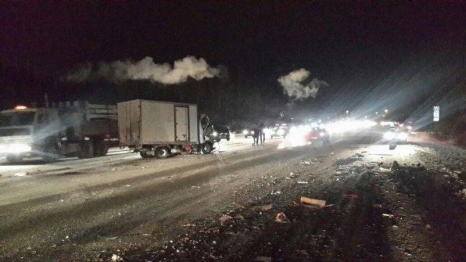 В ДТП с грузовиком на ЕКАД погиб человек (4)