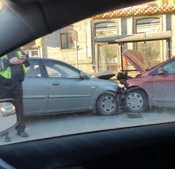 В ДТП на Стачек пострадали мужчина и младенец (8)