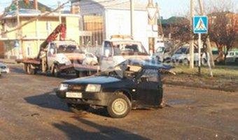В Армавире в ДТП легковушку разорвало пополам: погиб молодой мужчина
