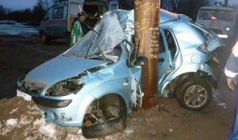 В Энгельсе машина врезалась в столб: погиб молодой мужчина