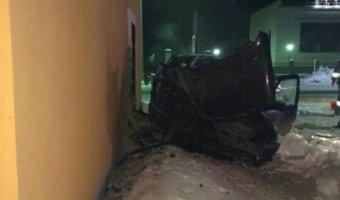 В Чапаевске  внедорожник врезался в здание: погибли два человека
